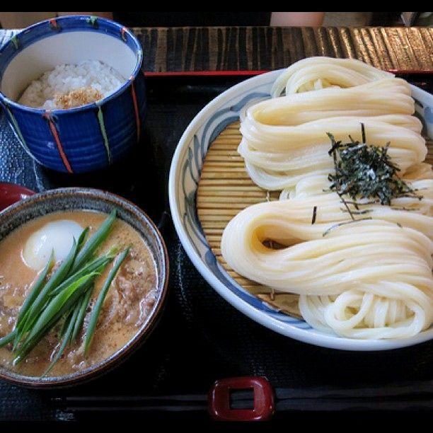 うどんの盛り方が特徴的です。麺と麺がからまずにす~っと持ち上げられます。
