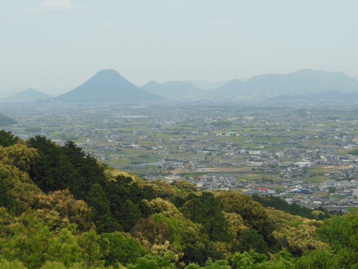 785段の石段を登り切ると讃岐平野の彼方に香川のシンボル、讃岐富士を望むことができます