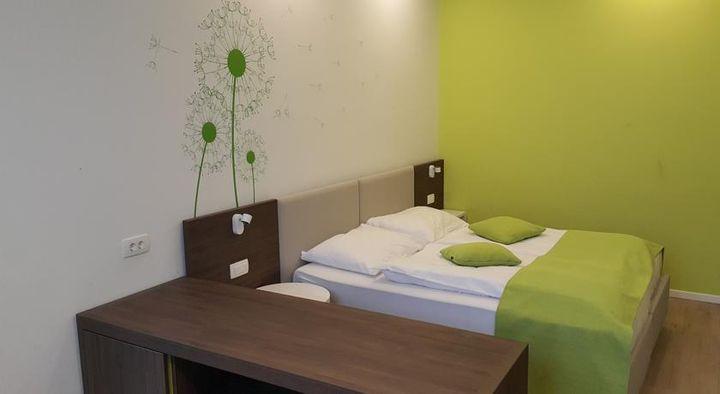 客室はダークウッドのパーケットフロアでシックな雰囲気です。