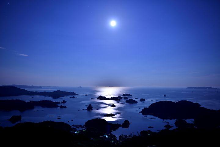満月の日しか見られない絶景。満月の日は幻想的な「月の道」を見に行こう