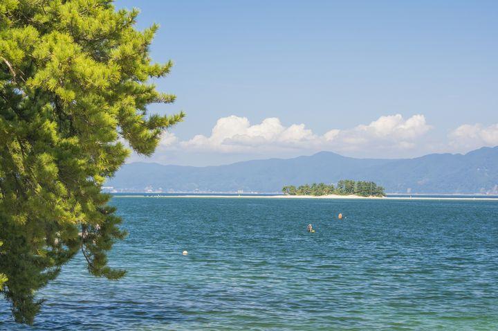 美しすぎる北陸のハワイ!夏のみ現れる無人島「福井県 水島」が楽園すぎる