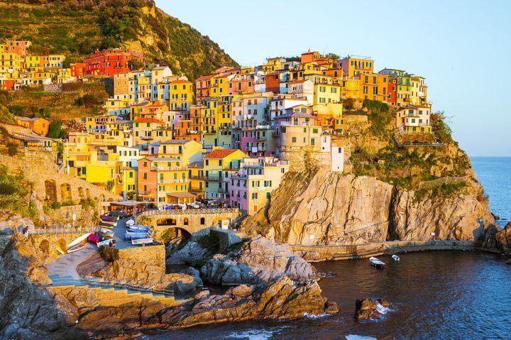 まるでおとぎ話の世界!イタリアのカラフルな崖の上の村「マナローラ」とは
