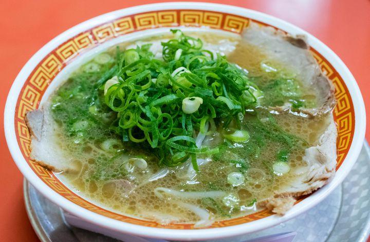 創業から約40年、神戸中心に多数の店舗を展開する人気ラーメン店の総本山がこちら。神戸でラーメンと言ったらまずはここ、というぐらい有名で地元の方にも親しまれています。スープは豚足をベースに煮込んだコラーゲンたっぷりのもので、後味に少々感じる甘みが心地いい仕上がり。ノーマルでもたっぷりトッピングされるネギとチャーシュー、更に24時間営業という使い勝手の良さも高ポイントです。神戸でランチから、飲んだ後の〆ラーメンまであらゆる用途で本当にオススメ。