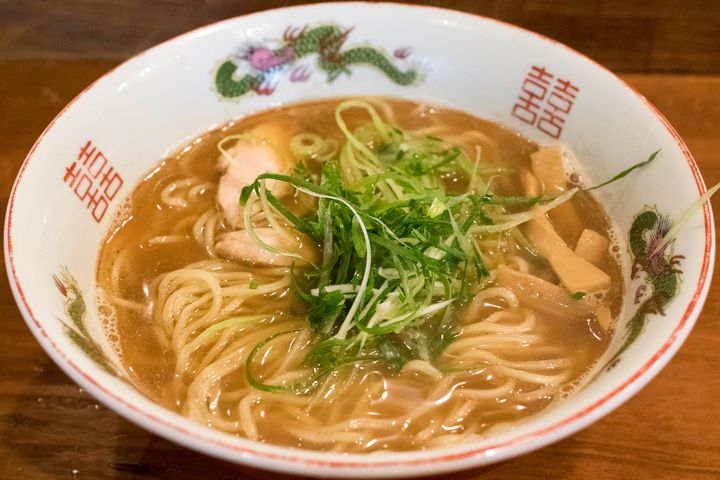 神戸は住吉神社のすぐ向かいにある、麺にこだわる人気ラーメン店です。ツルツル滑らかな舌触りとしっかりした旨味の両方を兼ね備え、繊細な味わいのスープがこの自家製麺の良さを最大限に引き出します。昼はラーメン・夜はつけ麺と昼夜でメニューが異なるので、最低2回は訪れてみてほしい。店主は不器用な方なのか、やや接客に難ありですがラーメンの味は確か。今回紹介する中でもトップクラスの美味さです。