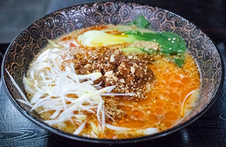 その名前通り、店内奥の製麺室で作る自家製麺が最大のセールスポイントである神戸の人気ラーメン店です。筆者イチオシの担々麺は辛さはそれ程ではないものの、クリーミーなスープと後引く花椒の痺れがクセになる完成度の高いものです。「製麺王」と名乗るだけあって、このスープに負けない存在感を放つ麺の仕上がりはさすが。オーナーは中国系の方らしく、ラーメン以外にも中華料理のメニューが多く揃っているため、夜はちょいと飲んでつまんで麺で〆というのもいいでしょう。
