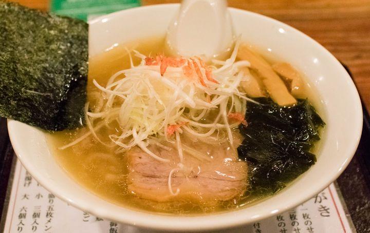 神戸で塩ラーメンが食べたくなったら、まずはここがオススメ。動物や魚介の味わいをバランス良くまとめあげ、深いコクを持たせたスープは個性的且つ絶品。京都の人気製麺所にオーダーする麺との相性も抜群です。塩ラーメン以外に最近はガッツリ系のまぜそばも人気があるようで、限定ラーメンなども積極的に提供するこのラーメン店からはまだまだ目が離せそうにありません。
