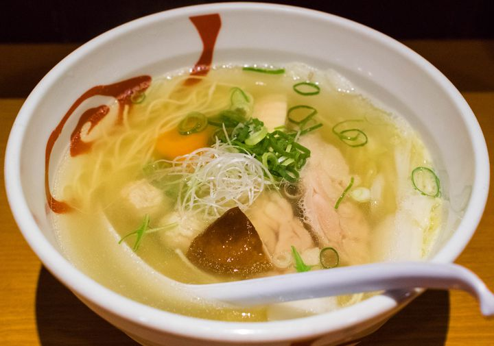 神戸は湊川公園から少し西に行ったところ、多数のメニューを取り揃える筆者の大好きなラーメン店です。ここのラーメンは、透き通った鶏スープがとにかく絶品。更に契約農家から直接買い付ける野菜の炊き合わせがゴロッと入るなど、ラーメンの味だけじゃなく栄養面や食の安全にもこだわっており、小さい子供からお年寄りまで誰にでも安心してオススメできます。昼から通し営業で深夜まで比較的長い時間営業しており、あまり時間を気にせずラーメンにありつけるのもいいところ。