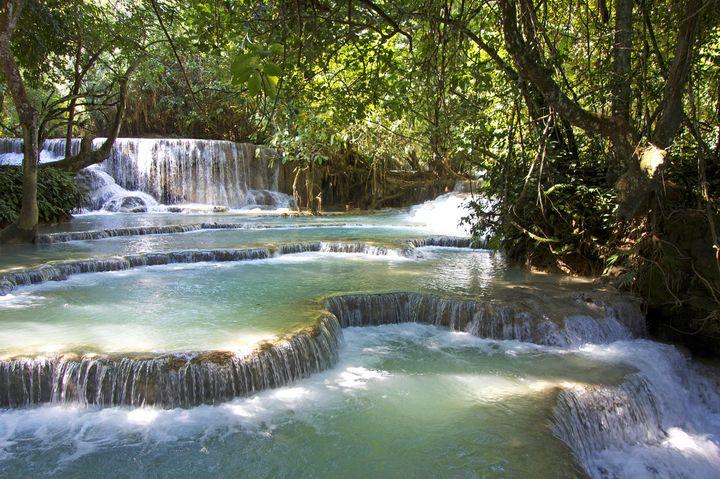 美しきエメラルドグリーンの滝壺!ラオスの「クアンシーの滝」が絶景すぎる