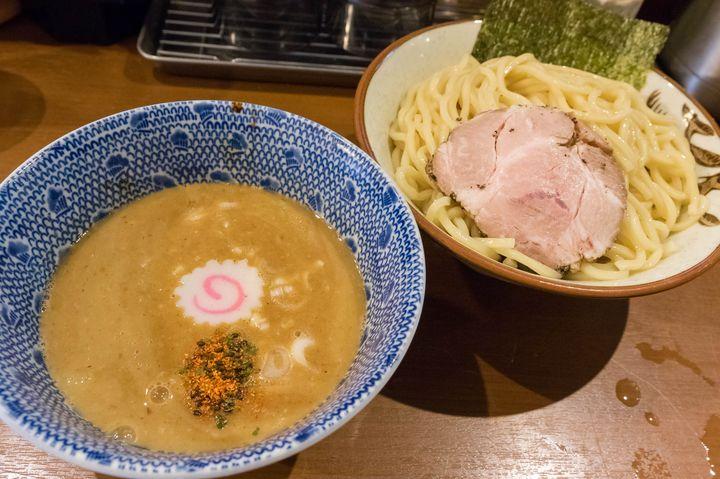 新宿西口で、濃厚なつけ麺がウリの人気ラーメン店がこちら。動物魚介系スープに太麺を合わせたという定番の構成ですが、その完成度はなかなかのもの。定番だからこそ、このタイプは時折無性に食べたくなるときがあるんです。特にコシの強い麺は、並でもボリュームたっぷりなのが嬉しく、スープとの絡みもいい。メニューが非常に豊富なのもここのオススメポイントで、他にも海老・味噌などつけ麺だけで数種類ある他、ラーメン・まぜそばなど多岐にわたります。最近はあまり見ないものの、以前は限定メニューもちょくちょくやっていました。