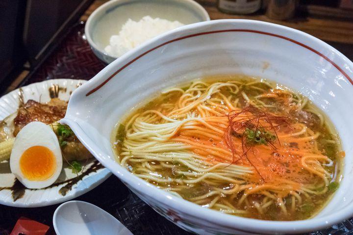 元は横浜で人気だったラーメン店で、2015年に新宿御苑前に移転してきました。以前とコンセプトをガラッと変え、ビーガンやハラルに対応したラーメンも提供しています。基本のスープは鯛がベースで、写真のスパイシー版では更に辛味をプラス。この辛味が結構強烈で、最初は鯛の旨味を殺しているんじゃないかと感じたものの、食べ進める程にありと思えたから不思議。具材は別皿で提供され、〆には残ったラーメンのスープをご飯にかけて鯛茶漬けにしてほしいとのこと。値段は少々高めながら、麺好きなら1度は食べてみる価値はあると思います。