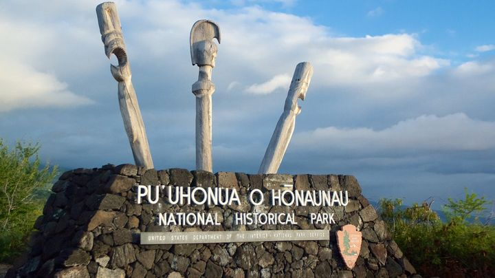 ハワイ島コナ南部にある「プウホヌア・オ・ホナウナウ国立公園」は、昔は王家の土地でタブーを破った人が逃げてくる「逃れの地」でもありました。ハワイ文化で最も重要視された掟「カブ」を破ることは死を意味することでしたが、唯一生き残る方法は、神聖な逃れの地プウホヌアまで逃げ切ることでした。夕暮れ時がとても美しいハワイ島の聖地で、ハワイ創世記の歴史を感じてみましょう。