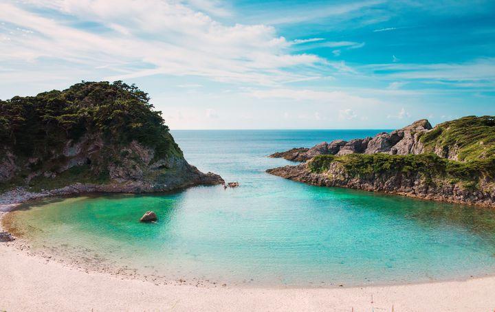 """最短1時間半で行く""""東京""""の絶景。美しき秘境ビーチ「泊海水浴場」とは"""