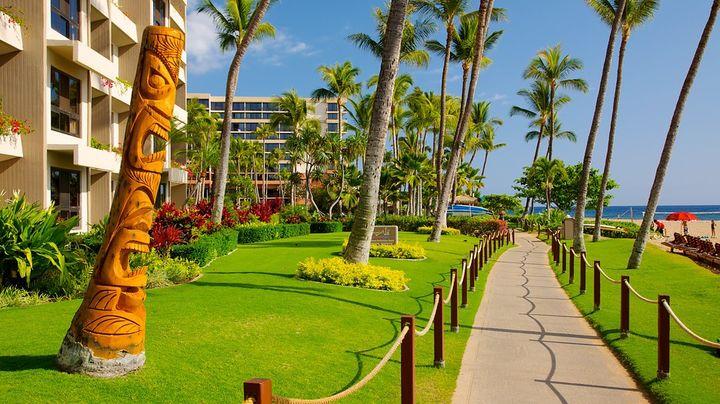 マウイ島の西側、白い砂浜が4.8km続く美しいカアナパリ・ビーチ沿いは、豪華なホテルやショッピングスポット、ゴルフコースがある、マウイの人気観光スポット、カアナパリリゾートです。ここは、かつてはハワイ王族の離宮があった場所です。ビーチ沿いには遊歩道が設けられていて、夕暮れ時のとても素敵なサンセットを楽しみながら、散歩するのがおすすめです。