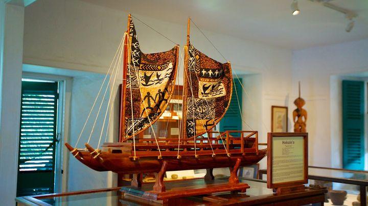 元々はマウイ島に初めてやってきた宣教師エドワード・ベイリーが1888年まで住んでいた家で、1974年にミュージアムに改修されました。 ハワイ王朝時代化の貴重な歴史遺産や、アンティークなハワイアンキルトなども展示されています。小さいミュージアムですが、見所たくさんの人気観光スポットです。