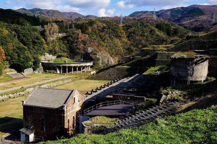 明治41年に建てられた火力発電所は、現在当時の様子がわかる写真展示場となっています。(佐渡奉行所側より撮影)