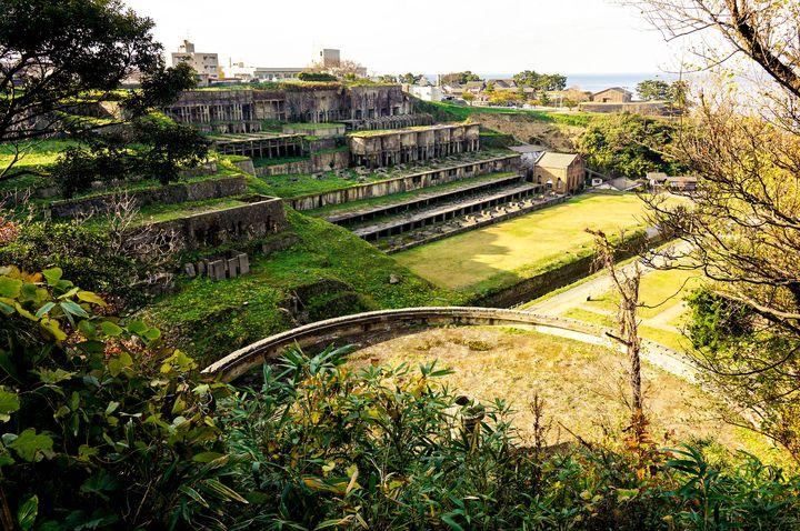 シックナーは泥状の泥鉱を鉱物と水とに分離する装置で昭和15年に建てられました。(総源寺側より撮影)