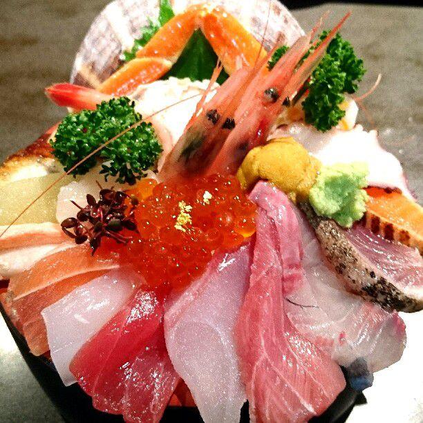 """カニもウニも乗って贅沢!""""はみでる海鮮丼""""が美味しすぎると話題"""