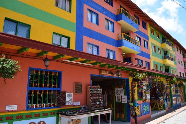 建物からバスまでカラフル!コロンビアにあるお洒落な街「グアタペ」とは