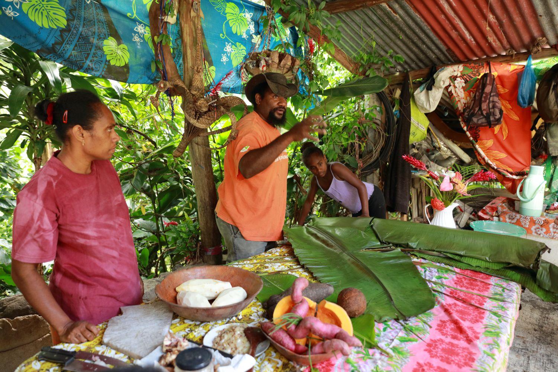 最後にご紹介するのは、各所に点在する、ニューカレドニアの先住民「Kanak(カナック)」の方々が住まう集落。観光地ツアーなどが催行されているわけではないので、訪れるには現地の方と連絡し、お招きをいただく必要があるので留意してくださいね(より詳しく知りたい方は以下のリンクからどうぞ!)。写真は「Napoemien tribe」の酋長「Jehudit PWIJA」さん。