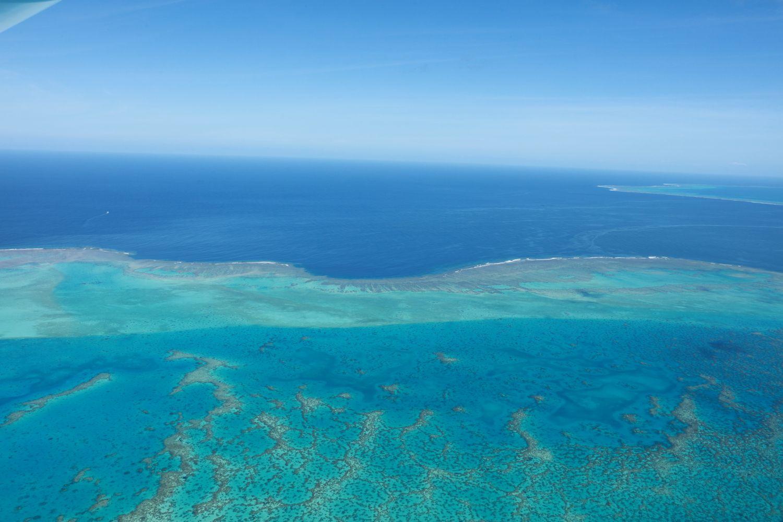 空から眺められるのはもちろん、マングローブだけではありません。何より嬉しいのは、こんな素晴らしいラグーンをずっと眺めていられること。ニューカレドニアは、1600キロにおよぶ長さの「バリアリーフ(堡礁)」に囲まれており、その内側のラグーンの総面積は2万3400平方キロと世界最大規模。圧倒的な広さを誇るサンゴ礁の海の美しさは空から眺めると、なおさらに素晴らしく感じられます。