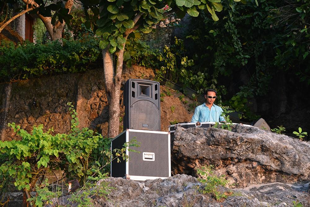 頭上から流れるサウンドは岩が突き出したわずかなスペースに作られたDJブースから!波の音とスピーカーから流れる音楽とか交じり合い、絶妙な空気感を醸しています。