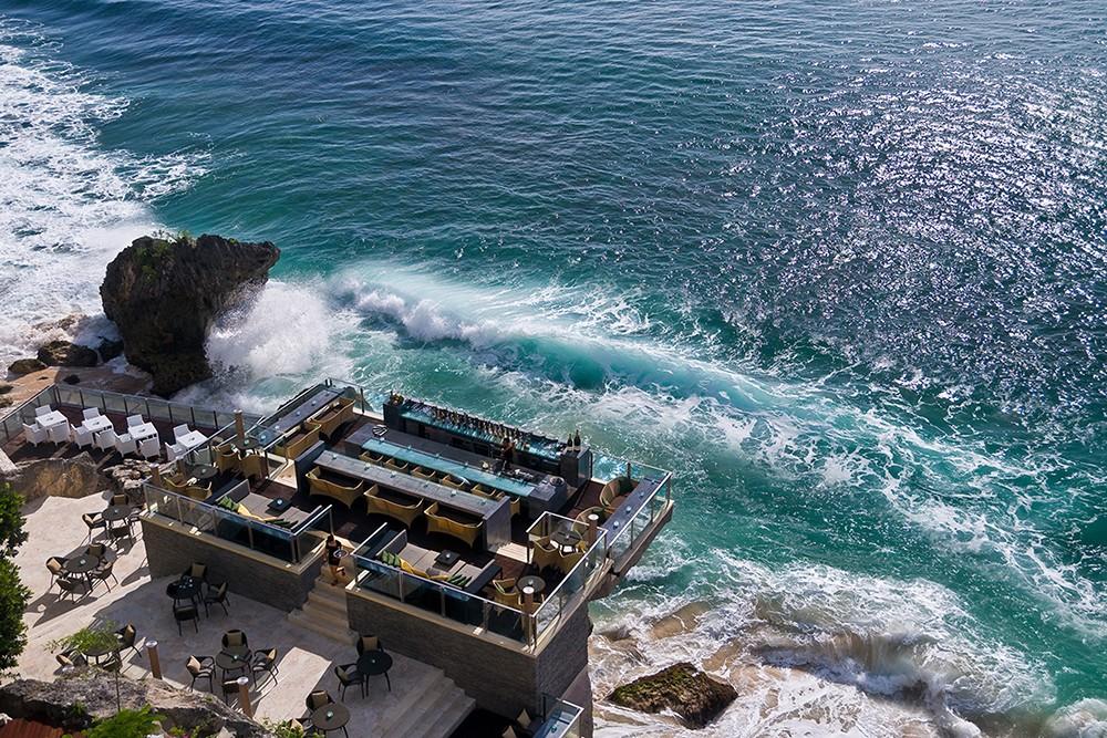 作った人は天才か?断崖絶壁にあるバリ島「ロックバー」が凄すぎる!