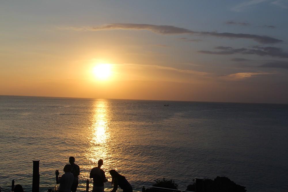いよいよ日の入り。はてしなく続く海面を沈む太陽が鮮やかな色に変えていきます。遠く見えるバリの伝統的な漁船までもが一幅の絵のよう。