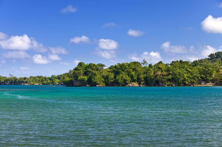 カリブ海でNO.1の絶景!ジャマイカの穴場「ドクターズケーブビーチ」の魅力とは