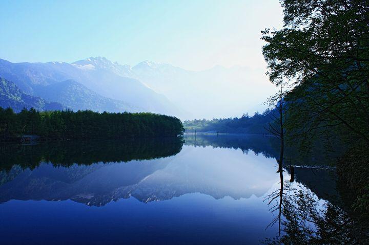息を呑むほど美しい大自然の贈り物。長野の神秘的な絶景「大正池」とは