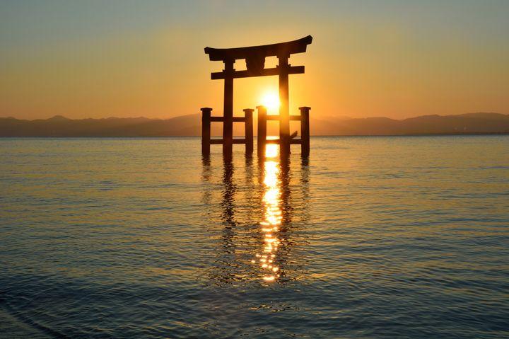 """琵琶湖に浮かぶ大鳥居!滋賀の絶景パワースポット""""白髭神社""""とは"""