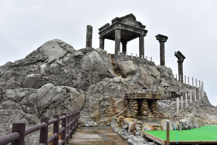 まるでギリシャ神殿!新島にあるオーシャンビュー露天風呂「湯の浜露天温泉」とは