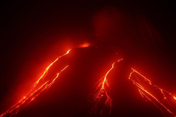 """超危険な青い絶景スポット!""""青い炎""""が幻想的な「イジェン山」とは"""