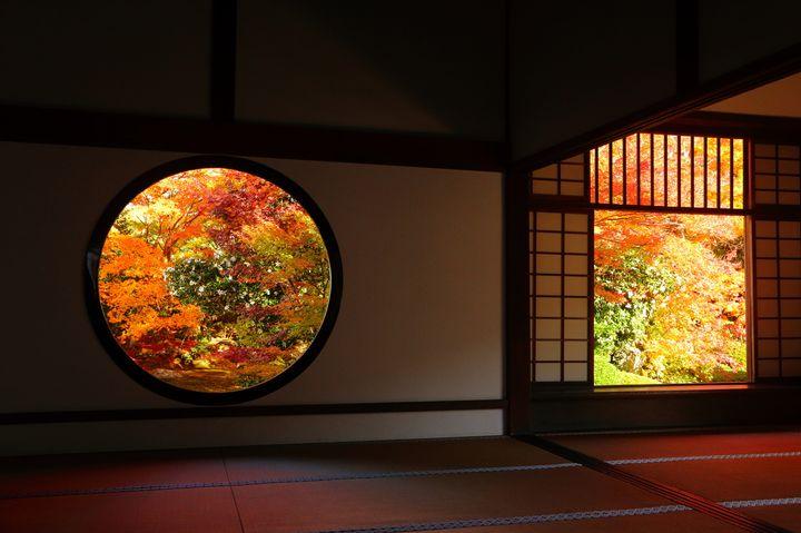 窓から見る秋の絶景にうっとり。CMにも登場した「源光庵」は京都が誇る紅葉名所