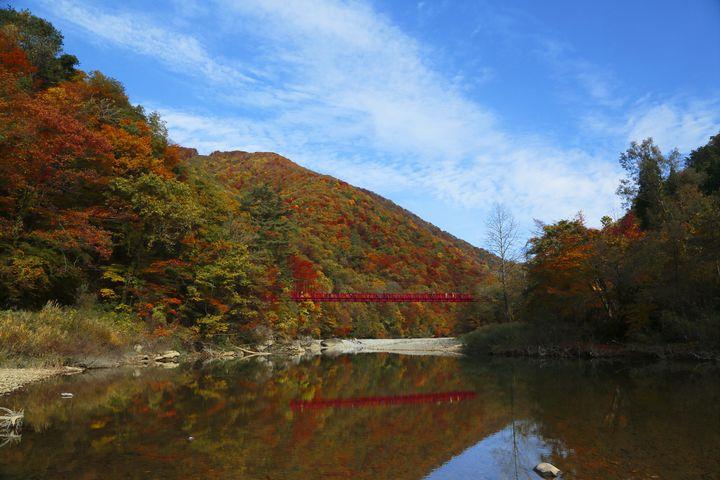 その美しさに言葉を失う!秋田県屈指の紅葉の名所「抱返り渓谷」とは