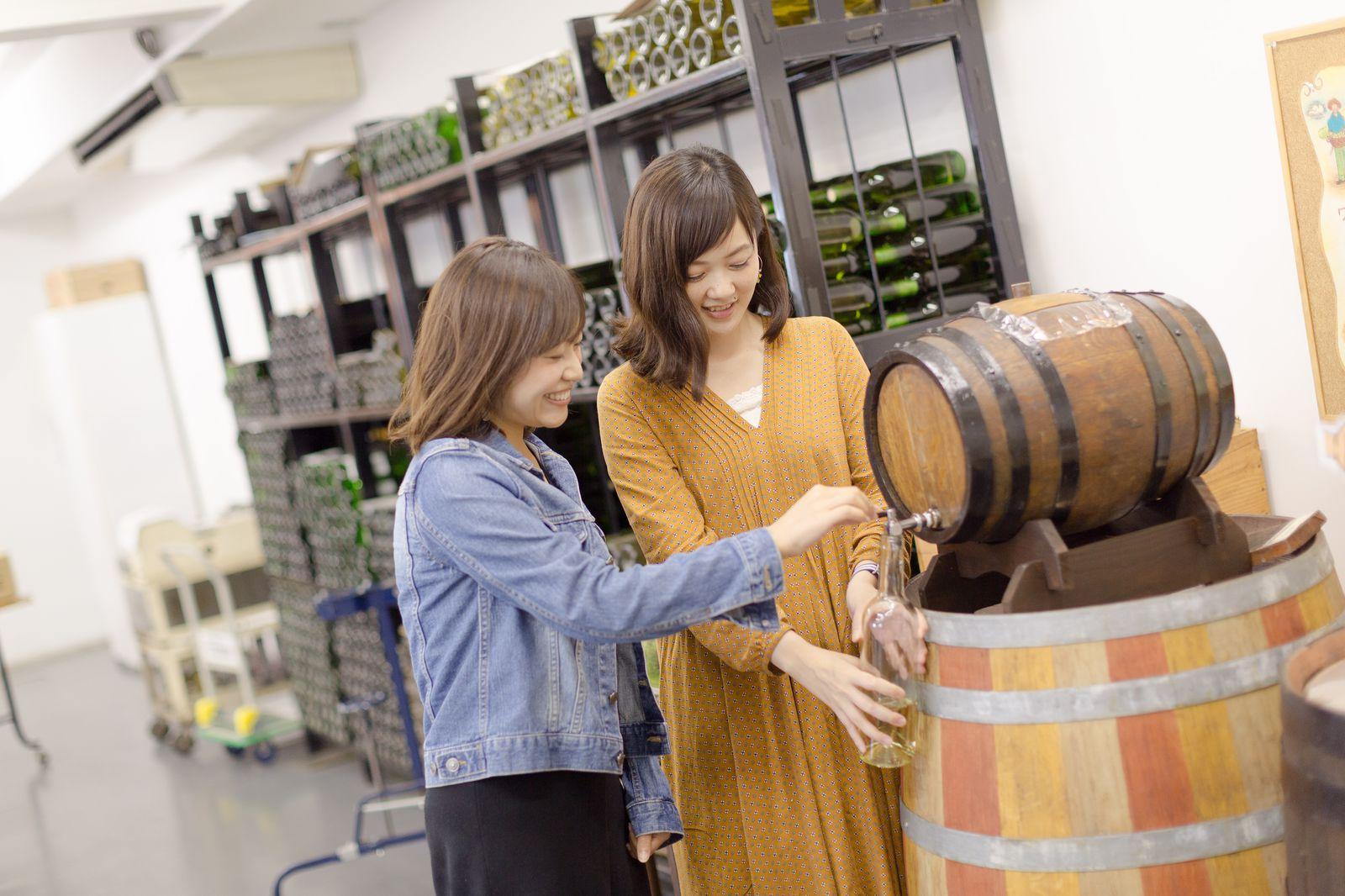 こちらでできる体験プログラムの一つが、生ワインのボトル詰め&オリジナルラベル作り。樽からボトルに入れたワインにコルク栓を打ったら、専用の機械でキャップシールをしてもらい、手書きのラベルを貼りつけます。