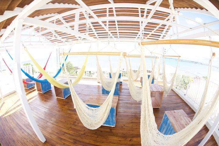 ハンモックから海を眺める極上の癒し。沖縄に「ハンモックカフェ」がOPEN