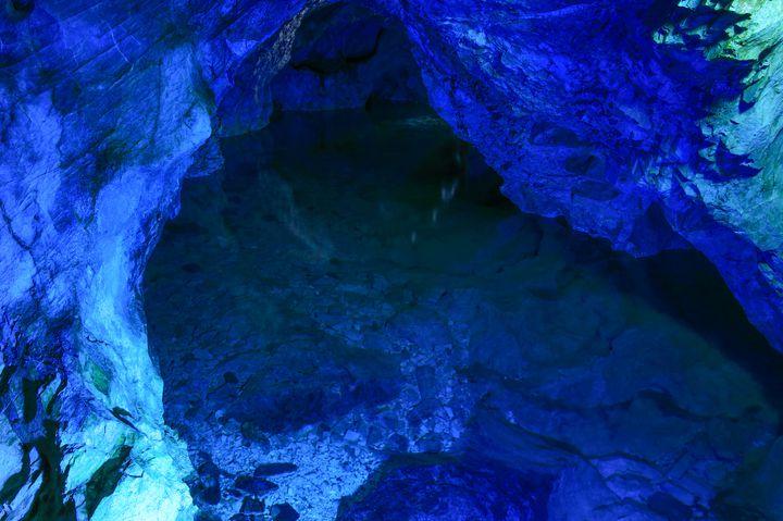 """3億年が生み出した圧倒的なブルー。""""稲積水中鍾乳洞""""が神秘的すぎる"""