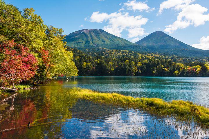 """今年の秋""""紅葉×湖""""の絶景を見るならここ!「オンネトー」の紅葉シーズン到来!"""