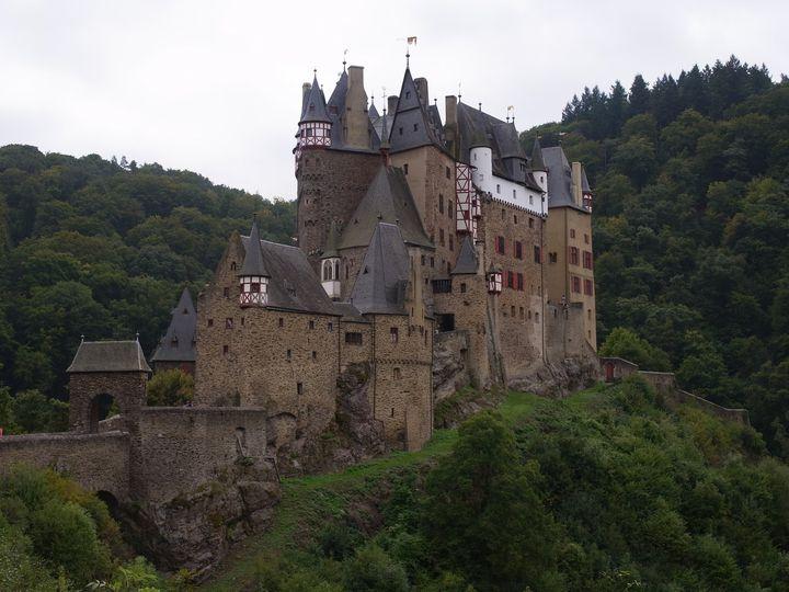 """不気味な雰囲気に惹かれる!幻想的で美しいドイツの""""エルツ城""""とは"""