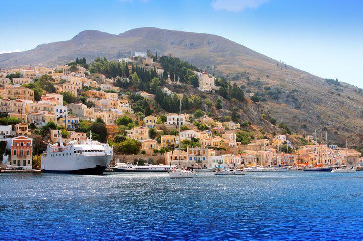 エーゲ海に囲まれた穴場な島!絵本の世界広がるギリシャの「シミ島」とは