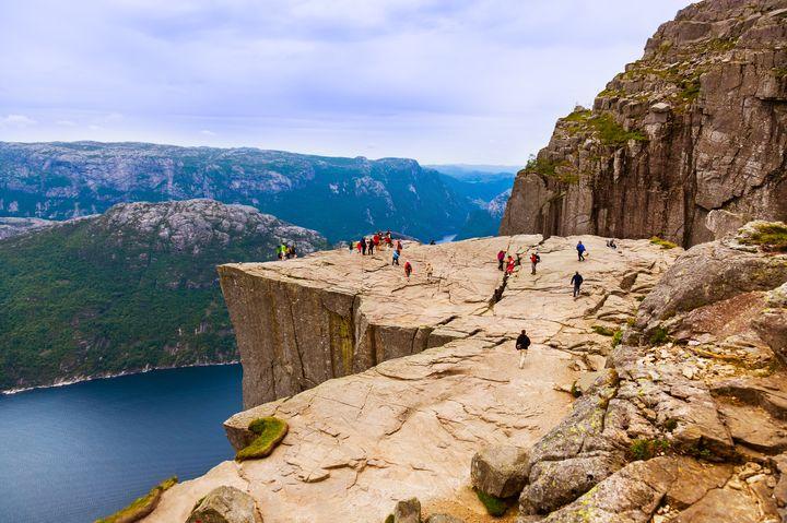 死ぬまでに行きたい!ノルウェーの断崖絶壁「プレーケストーレン」が壮大すぎて絶叫もの