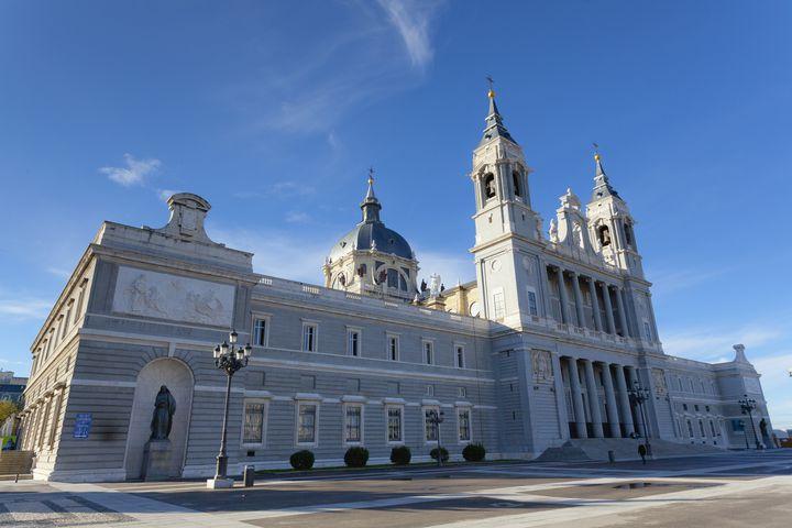 国王公認の「アルムデナ大聖堂」は建築的にも面白い!