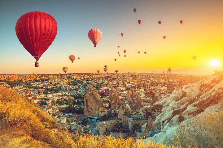 気球に乗って幻想的世界を空中散歩!「カッパドキア」の世界遺産が美しい