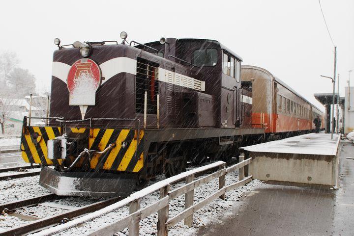 温かい車内で最高の冬景色を。津軽のレトロな「ストーブ列車」に乗ってみたい