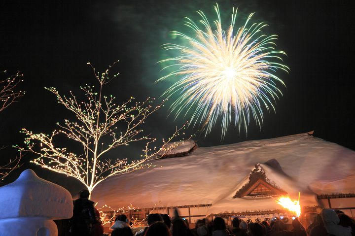 【終了】福島冬の風物詩!冬の花火と灯籠が美しすぎる「大内宿雪まつり」開催