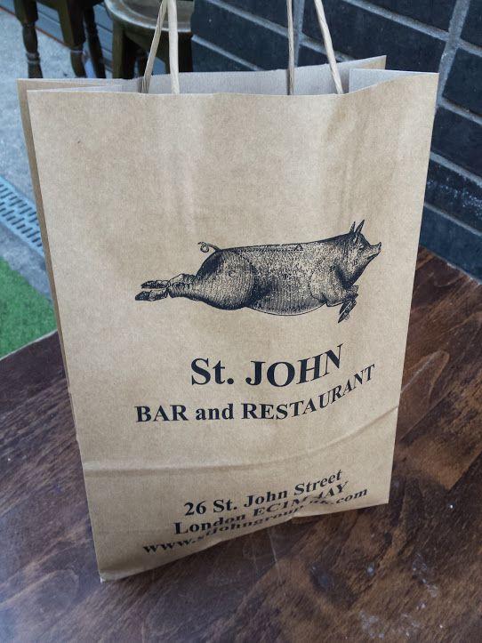パンを買うとこの紙袋に入れてもらいます。この豚の絵が描かれたエコバッグを持っている人を街中で見かけます。