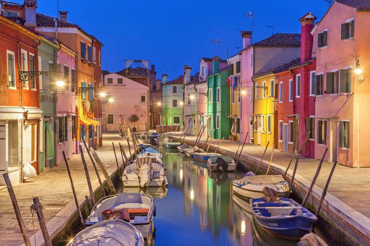 """街並み全てがカラフル!イタリア・ベネチアの""""ブラーノ島""""の魅力を徹底解剖"""