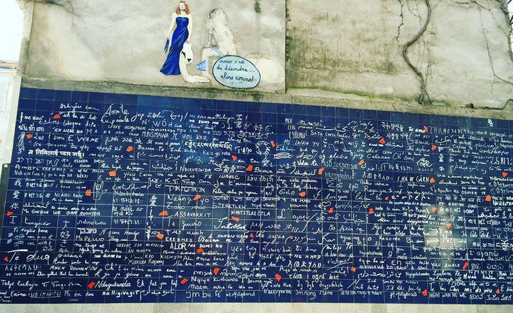愛してると叫べ!カップル旅行はフランスの恋人の聖地「ジュテームの壁」へ