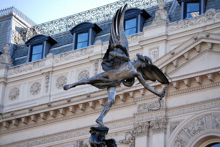 美しいのにコケまくる「ピカデリー サーカス エロス像」不運の天使像