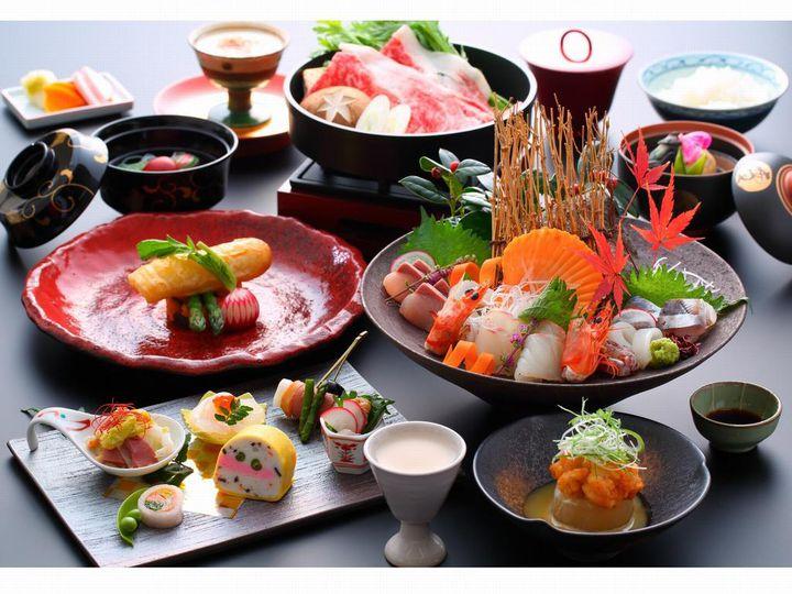 食事処でいただけるお食事は、見た目にも鮮やかな創作和懐石です。